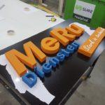 Piepschuim letters in de maak