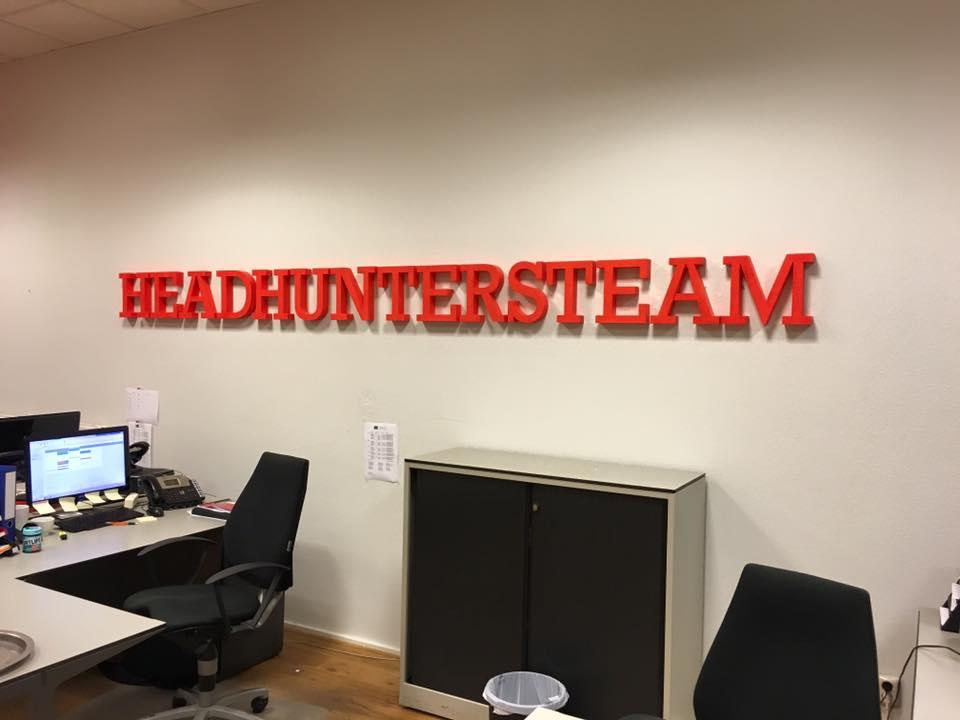 piepschuim logo aan de muur