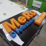 Piepschuim letters in de maak meru diensten