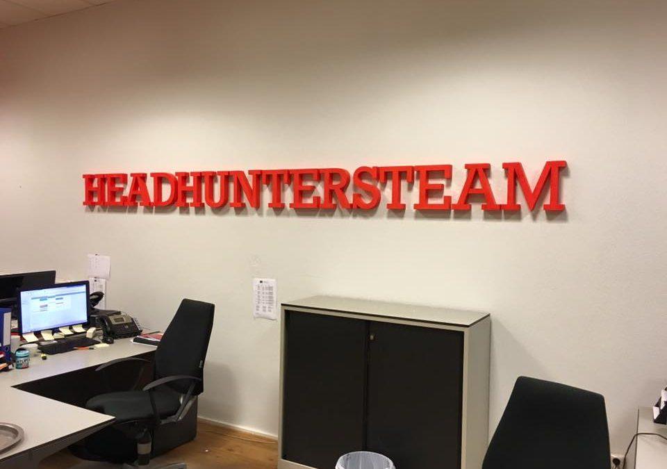 3D logo op de muur