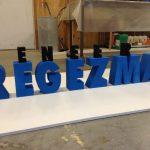 blauwe grote letters van piepschuim