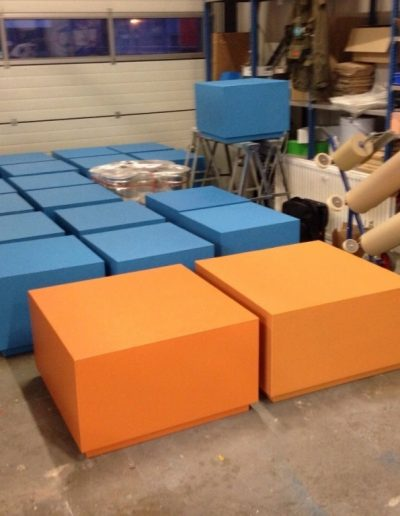 blauwe en oranje meubelen van piepschuim