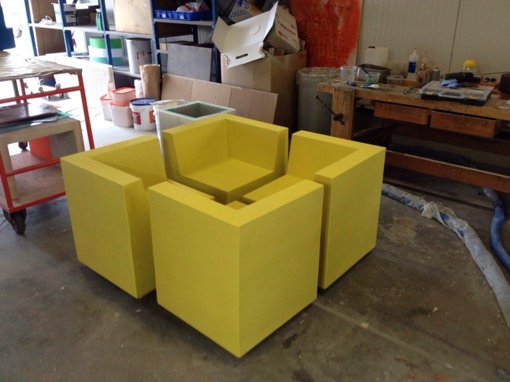 gele stoelen van piepschuim